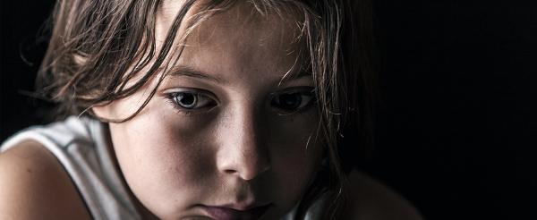 enfant triste et malheureux en consultation chez Anne Pioz psy à Dourdan dans l'Essonne