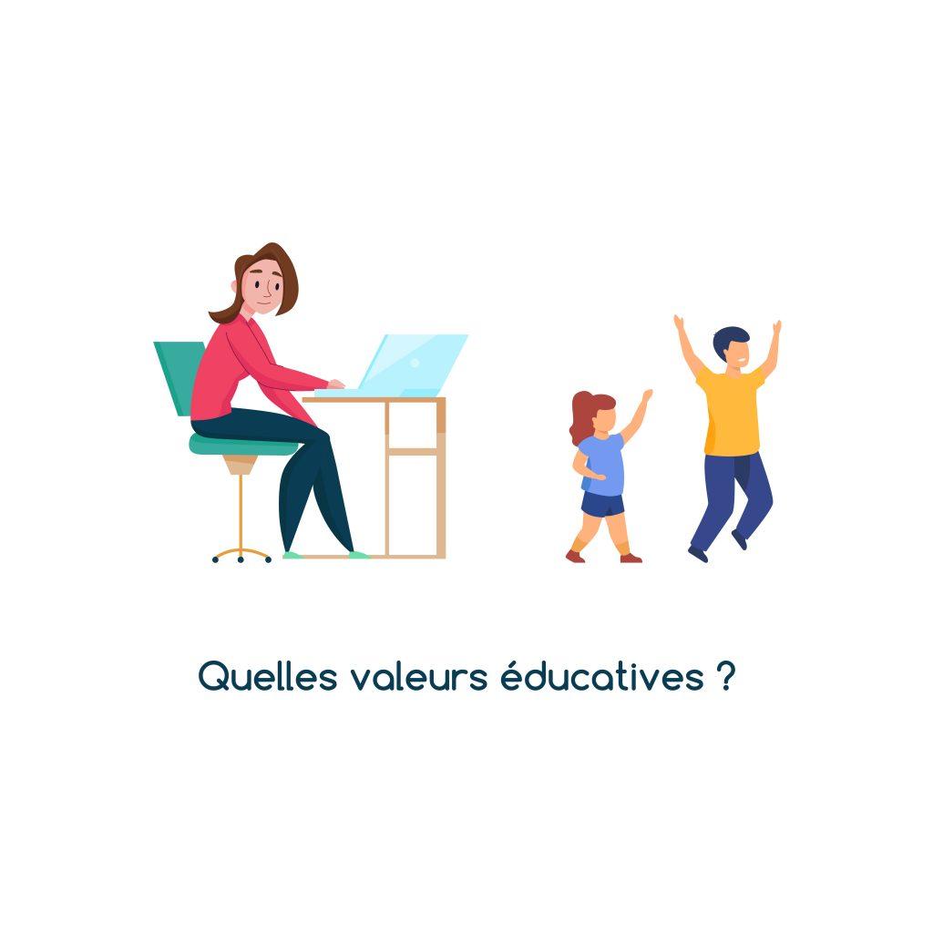 Des enfants jouent pendant que leur mère essaye de se concentrer sur son travail sur un bureau. Ce visuel illustre l'article d'Anne Pioz sur les valeurs éducatives.